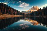 Widok z lotu ptaka Lago Antorno, Dolomity, Jezioro górskie krajobraz ze szczytem Alp, Misurina, Cortina d'Ampezzo, Włochy