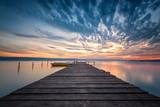 Jeziorny zmierzch / Wspaniały długiego ujawnienia jeziorny zmierzch z łodziami i drewnianym molem