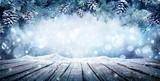 Wyświetlacz zimowy - gałęzie jodły na śnieżnym stole