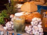 Chleb, smalec, czosnek i ogórki kiszone do degustacji na targach zdrowej żywności