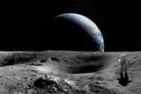 Astronauta na Księżycu. Planeta ziemia w tle. Elementy tego obrazu dostarczone przez NASA
