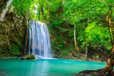 wodospad w tropikalnym lesie, gdzie jest w Parku Narodowym Tajlandii