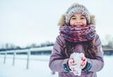 Mała dziewczynka plenerowa w zimie
