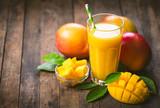 Sok z mango w szkle