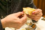 Jedzenie chleba podczas obiadu