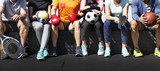 Grupa różnych sportowców siedzi razem