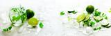 Domowej roboty wapno lemoniada z ogórkiem, rozmarynami i lodem, biały tło. Zimny napój, woda detoks. Copyspace. Transparent