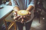 Kobiety ręka trzyma coffe filiżankę w sklep z kawą