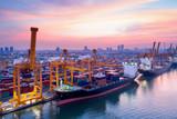Kontenery stoczni w zatłoczonych portach ze statkami są ładowanie i rozładowywanie operacji transportu w porcie międzynarodowym. Z dronu.