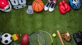 Różne urządzenia sportowe na trawie