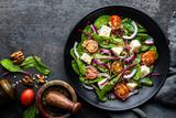 talerz pożywne proste sałatki z boćwina, orzechy włoskie, miękki ser, cebula i olej, widok z góry, miejsca na tekst