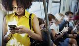 Młoda kobieta używa smartphone w metrze