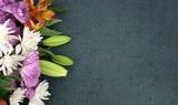 Piękny Kolorowy wiosna kwiatów bukiet Nad Blackboard tekstury Ciemnym tłem Z kopii przestrzenią, Horyzontalną