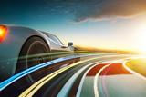 3D rendering szarego sportowego samochodu bez marki z lekkim skutkiem i motion blur. Tło toru wyścigowego. Scena słońca.