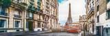 Wieża Eiffla w Paryżu z maleńkiej ulicy z rocznika czerwonego samochodu 2cv