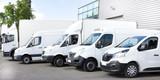 Kilka samochodów dostawczych samochodów ciężarowych zaparkowanych na parkingu do wynajęcia lub dostawy