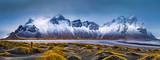 Vestrahorn pasmo górskie i Stokksnes wyrzucać na brzeg panoramę, blisko Hofn, Iceland. Niezidentyfikowany fotograf przechwytuje scenerię.