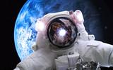 Asrtonaut w głębokiej przestrzeni blisko ziemskiej planety. Elementy tego obrazu dostarczone przez NASA