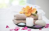 Akcesoria Spa martwa natura z aromatyczną świeczkę, kwiat orchidei, sól i ręcznik.