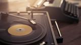 Rekord gracza i zabytkowych maszyn do pisania na koncepcji biurko, kreatywność i wypoczynek