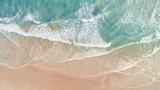 Widok z lotu ptaka fal i plaży wzdłuż Great Ocean Road Australia o zachodzie słońca