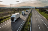 Karawana lub konwój ciężarówek w linii na autostradzie kraju