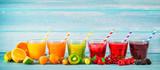 Różne świeżo wyciskane soki owocowe