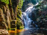 Wodospad Kamieńczyka w pobliżu Szklarskiej Poręby w Karkonoszach lub Karkonoszach. Długi czas ekspozycji.