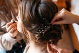 Stylista włosów i wizażystka przygotowują pannę młodą na dzień ślubu