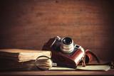 mała lupa i książka z kamerą na stole. Obraz w starym stylu kolorów