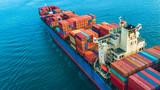 Antenowe widok z góry kontenerowiec, logistyczne i transport międzynarodowy statkiem na otwartym morzu.