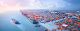 Kontenerowiec opuszczający port
