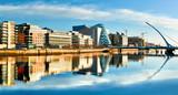 Nowożytni budynki i biura na Liffey rzece w Dublin na jaskrawym słonecznym dniu