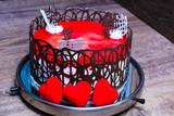 ciasto z czerwoną galaretką i ozdobione czekoladą