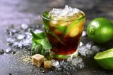 Zimny odświeżający lato koktajlu Cuba libre lub lukrowa herbata z wapnem.