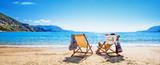 Kobieta cieszy się sunbathing przy plażą