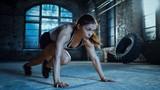 Sportowy piękna kobieta działa deska jako część jej krzyż fitness, Kulturystyka trening siłownia rutyna.
