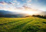 Zachód słońca w dolinie górskiej. Piękny naturalny krajobraz w okresie letnim