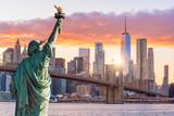 Statua Wolności i Nowego Jorku panoramę miasta o zachodzie słońca