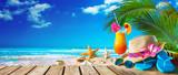Słomiany kapelusz i okulary przeciwsłoneczni na plaży