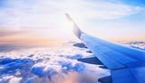 latanie i podróżowanie, widok z okna samolotu na skrzydle na zachód słońca