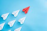Przywódctwo pojęcie z czerwień papieru samolotem prowadzi wśród bielu na błękitnym tle