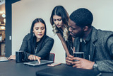 Ludzie biznesu używa cyfrową pastylkę w biurowym spotkaniu