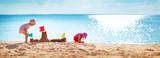 Chłopiec i dziewczyna bawić się na plaży