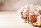 Szklany kubek gorącej herbaty