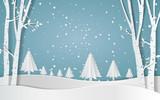 Wesołych Świąt, las śnieżny. sosny w zimie i góry Ilustracja wektora papieru