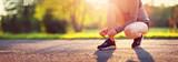 Młoda kobieta bieg w parku. Aktywna osoba na zewnątrz o zmierzchu w lecie
