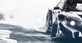 Niewyraźne samochód sportowy dryfuje na torze prędkości. Koła samochodów sportowych drifting i palenie z mocą flary na torze. Pojęcie sportu, dryfujące koncepcja samochodu.