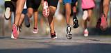Biegające dzieci, młodzi sportowcy biegają w biegu dziecięcym, biegnąc po mieście szczegółami na nogach, biegnąc w świetle poranka