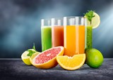 Smakowite owoc i sok na drewnianym stole
